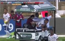 Cầu thủ đau nằm sân, bị xe y tế trườn qua chân