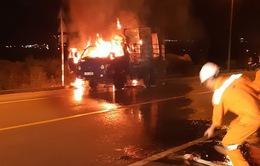Xe tải bốc cháy ngùn ngụt trên đường dẫn vào hầm Hải Vân