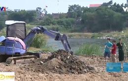 Chôn rác ngay sát bờ sông gây ô nhiễm