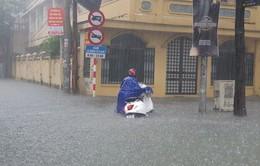 Mưa như trút, thành phố Vinh chìm trong biển nước