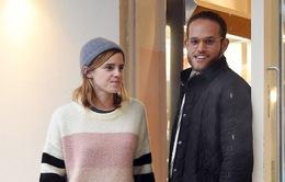 Emma Watson bất ngờ hôn trai lạ ngay giữa phố