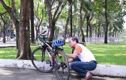 Ông giám đốc đi làm bằng xe đạp