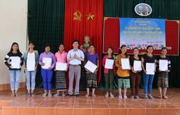 Trao quyết định nhập quốc tịch Việt Nam cho 350 cư dân biên giới Việt Nam - Lào