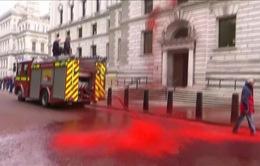 Phun sơn đỏ kêu gọi ứng phó biến đổi khí hậu tại Anh