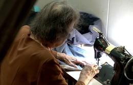 Cụ bà 80 tuổi 10 năm may mền tặng người nghèo