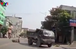 CLIP: Sang đường bất cẩn, người đàn ông suýt bị xe tải cán qua người