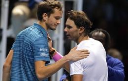 Thoát hiểm trước Medvedev, Nadal xin lỗi đối thủ vì quá may mắn