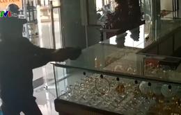 Táo tợn cướp tiệm vàng giữa ban ngày ở TP.HCM