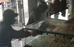 Bắt 2 nghi phạm nổ súng cướp tiệm vàng ở TP.HCM