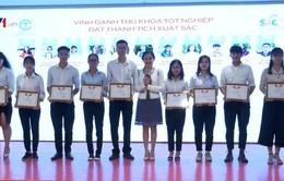Trao học bổng cho sinh viên thủ khoa tại TP.HCM