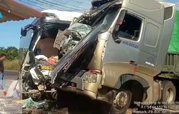 Xe container đấu đầu xe khách, 4 người thương vong