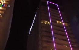 Giải cứu thanh niên nghi ngáo đá đòi tự tử trên tầng 23 của khách sạn