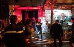 Hà Nội: Giải cứu hai phụ nữ mắc kẹt trong đám cháy trên phố Lò Rèn