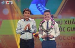 VIDEO: Nhà báo Phan Ngọc Tiến, Trưởng ban Sản xuất các chương trình thể thao, Đài THVN trao giải cầu thủ xuất sắc nhất V.League 2019 cho Nguyễn Quang Hải