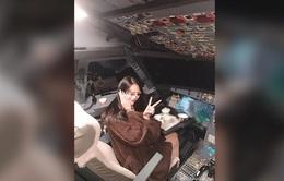 Phi công bị cấm bay trọn đời vì cho phép nữ du khách vào buồng lái sống ảo