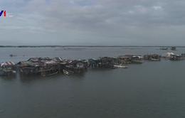 Ngôi làng ở Philippines dần chìm trong nước biển