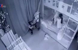 Khởi tố nữ giúp việc cầm chân dốc ngược bé gái ở Nghệ An