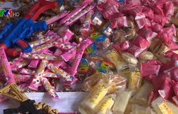 Tạm giữ khoảng 30 tấn bánh kẹo, đồ chơi không rõ xuất xứ chuẩn bị mang đi tiêu thụ