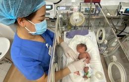 """Em bé đầu tiên được """"chữa bệnh"""" từ trong bụng mẹ chào đời"""