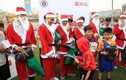 Thành Lương, Văn Quyết và dàn sao Hà Nội FC hóa Ông già Noel tặng quà ở sân Hàng Đẫy