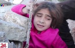 Bé gái được cứu giữa cuộc không kích tại Syria