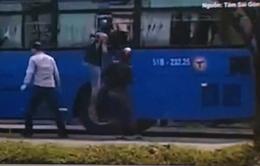 Truy tìm nhóm côn đồ dùng mã tấu tấn công xe bus ở TP.HCM