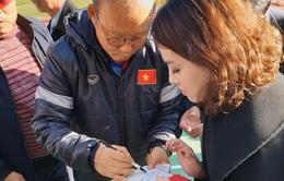 Vất vả xin chữ ký HLV Park Hang Seo tại Hàn Quốc, Giang Nguyễn ngỡ ngàng vì bị mất món quà kỷ niệm ngay lập tức