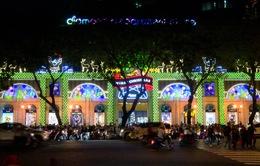 Người dân TP.HCM nô nức xuống đường đón Noel