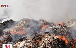 """Cháy núi rác thải công nghiệp tại Bình Dương, người dân """"kêu cứu"""""""