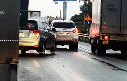 Bát nháo giao thông trên cao tốc TP.HCM - Trung Lương