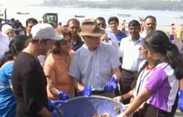 Vua và Hoàng hậu Thụy Điển dọn rác trên bãi biển Ấn Độ