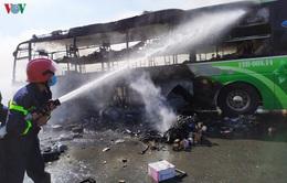 Xe khách cháy trụi trên Quốc lộ 1A