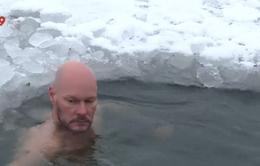 Thụy Điển: Ngâm mình trong nước lạnh để xả stress