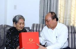 Thủ tướng Nguyễn Xuân Phúc thăm gia đình có công với cách mạng tại thành phố Huế