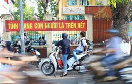 Hà Nội: Nhiều học sinh đi xe máy, xe điện không đội mũ bảo hiểm