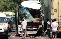 Ôtô chở khách du lịch tông xe container trên đường dẫn hầm Hải Vân, 11 người bị thương