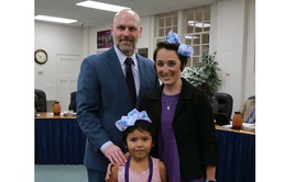 Mỹ: Cô giáo cắt bỏ tóc dài ngang eo để ngăn bắt nạt học đường
