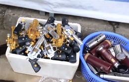 Khó xử lý tình trạng bày bán đồ chơi bạo lực tại Chùa Hương