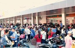 Người dân hối hả đổ về bến xe miền Tây về quê đón Tết