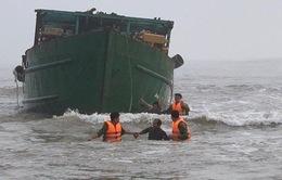 Thừa Thiên Huế: Ứng cứu thành công 4 thuyền viên gặp nạn trên biển
