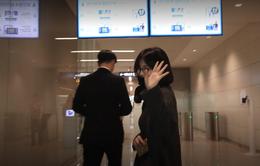 Giữa bão ly hôn, Song Hye Kyo diện đồ kín mít xuất hiện và... không đeo nhẫn cưới