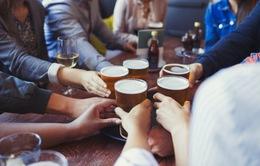 Đàn ông lớn tuổi, thu nhập khá có xu hướng uống bia, rượu quá mức