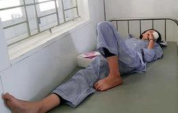 Nữ sinh 14 tuổi bị rách giác mạc, vỡ thể thủy tinh do nổ bình thí nghiệm
