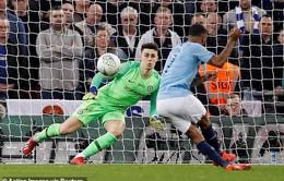 """""""Phản"""" Sarri, Chelsea 2 tay dâng chức vô địch League Cup cho Man City"""