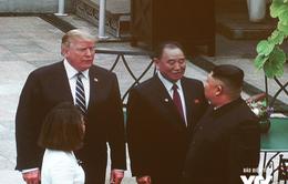 ẢNH: Tổng thống Donald Trump trao đổi với Chủ tịch Kim Jong-un ở khuôn viên Metropole