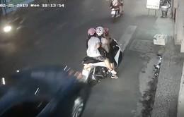 Dừng xe nghe điện thoại bị ô tô đâm