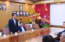 Phó Thủ tướng Vũ Đức Đam chúc Tết bác sĩ và công nhân trực Tết