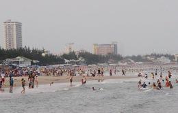Nhiều du khách bị đuối nước, trẻ em lạc bố mẹ khi tắm biển tại Vũng Tàu dịp Tết