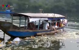 Nhức nhối nạn rải vàng mã trên sông Hương