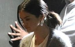 Trong khi Justin Bieber vùi mình trong hôn nhân, Selena Gomez đang làm việc rất chăm chỉ